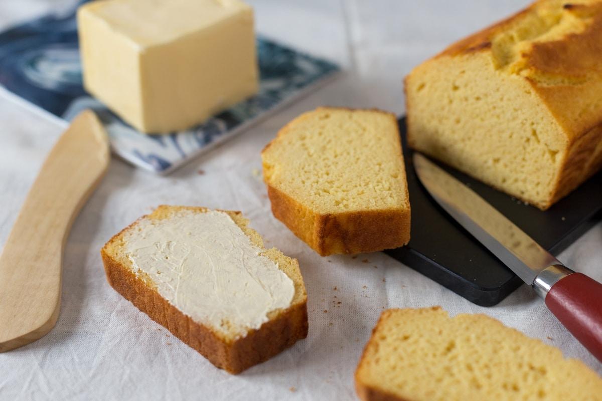 Cornmeal cornbread, a loaf that tastes like polenta ...