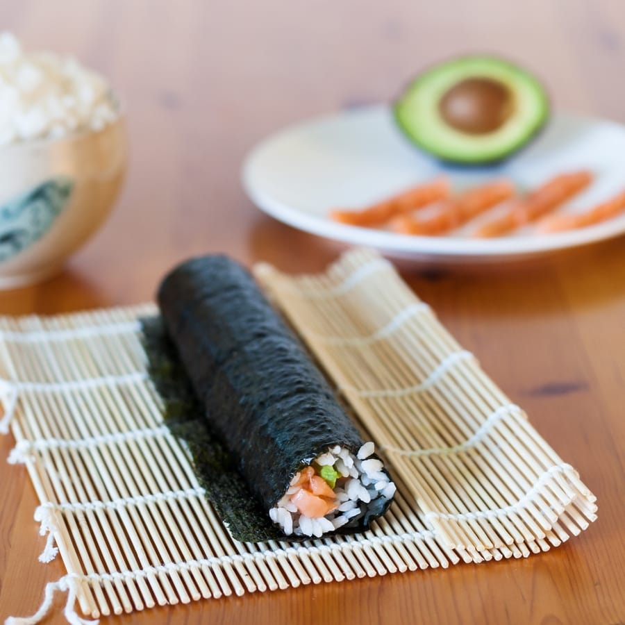avocado salmon sushi maki