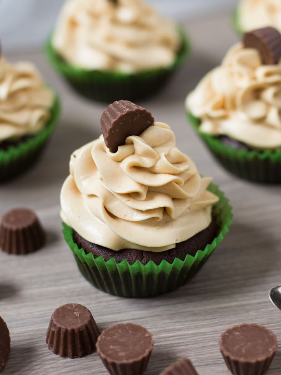 chocolate-cupcakes-peanut-butter-frosting-reeses-4