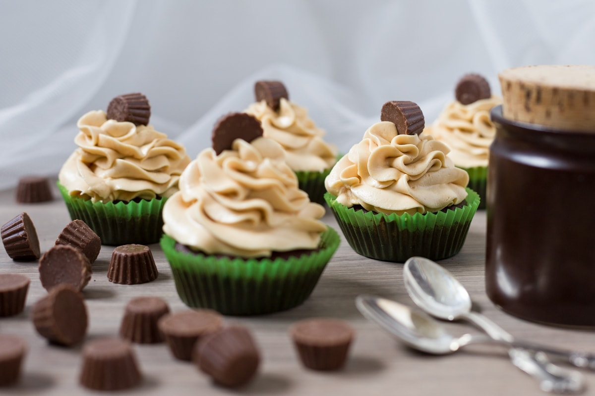 chocolate-cupcakes-peanut-butter-frosting-reeses-5