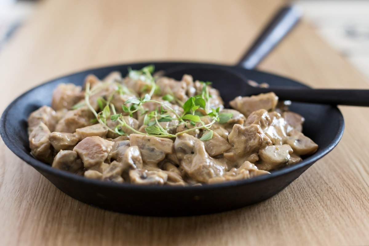 Creamy mushroom and chicken skillet stew