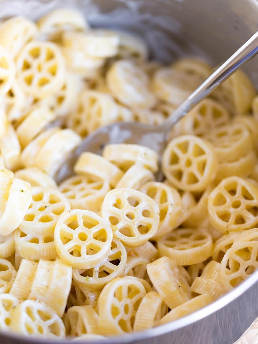 Wheels pasta with cream.