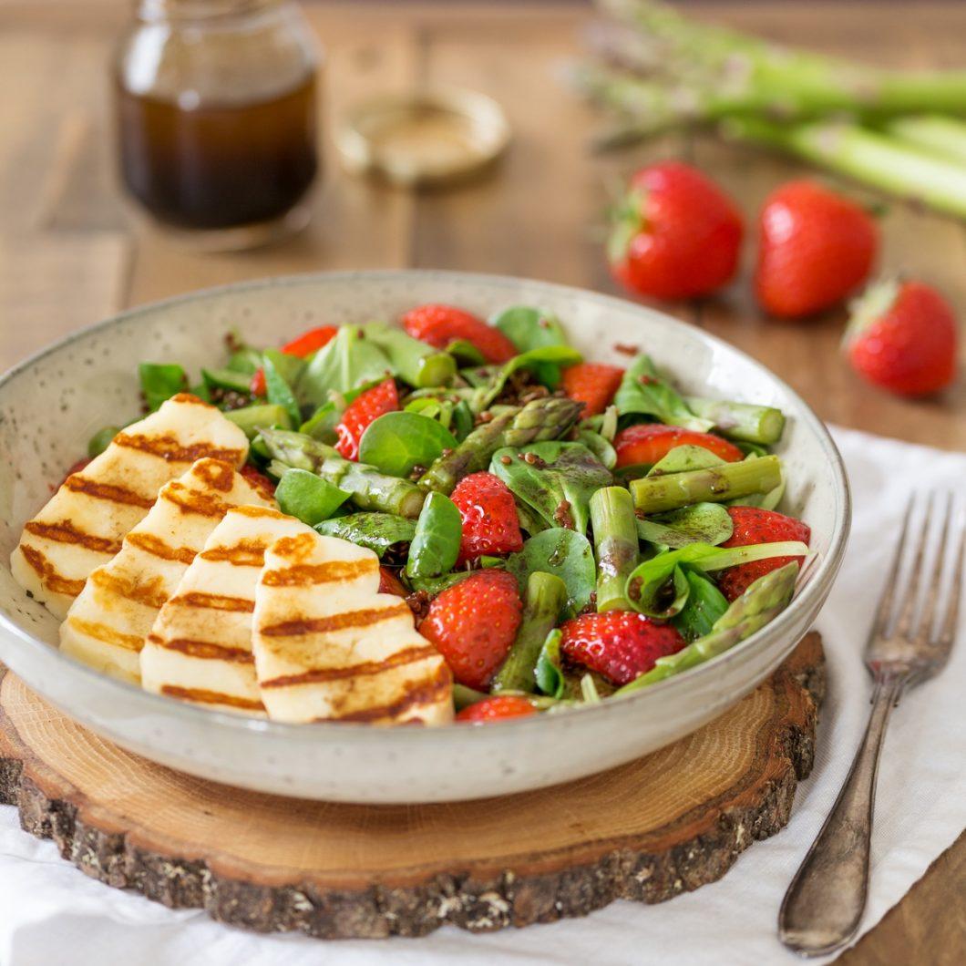 Halloumi salad with asparagus, strawberries and quinoa.