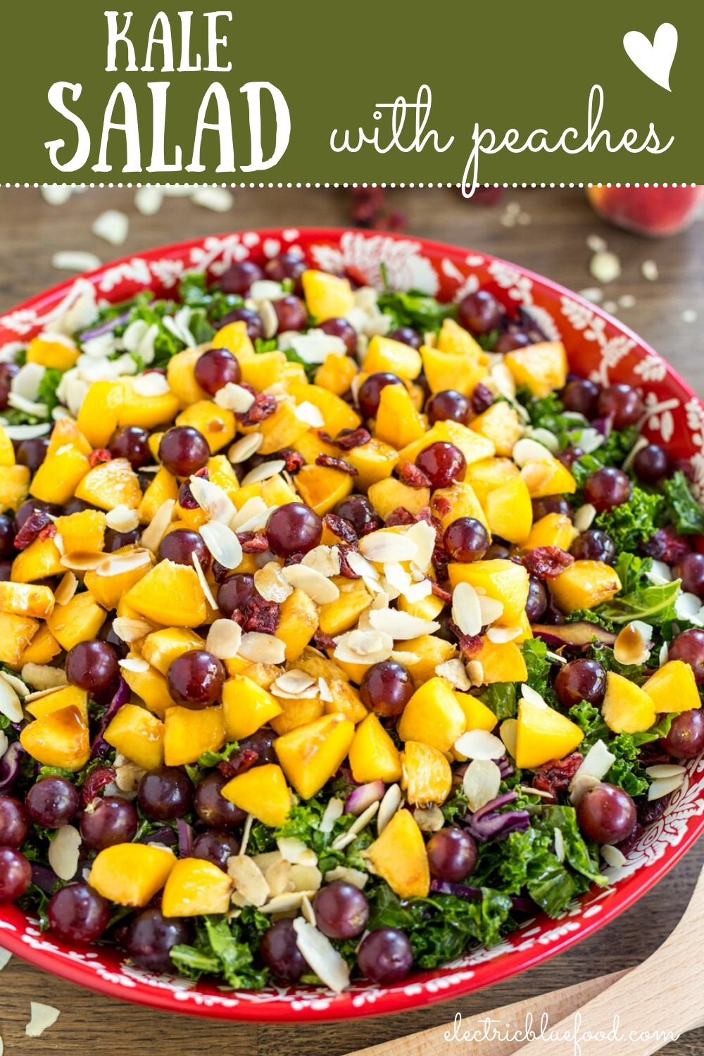 Fruity kale salad with peaches, grapes and almonds. With vegan balsamico dressing. A fresh and flavourful salad to enjoy in the summer.