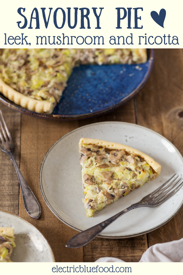 This leek mushroom pie is the vegetarian tart you didn't know you needed. A shortcrust base is filled with sautéed leeks, mushrooms, ricotta and a hint of white pepper. A delicious savoury pie that can turn simple veggies as leek and cultivated mushrooms into the stars of your next meal.