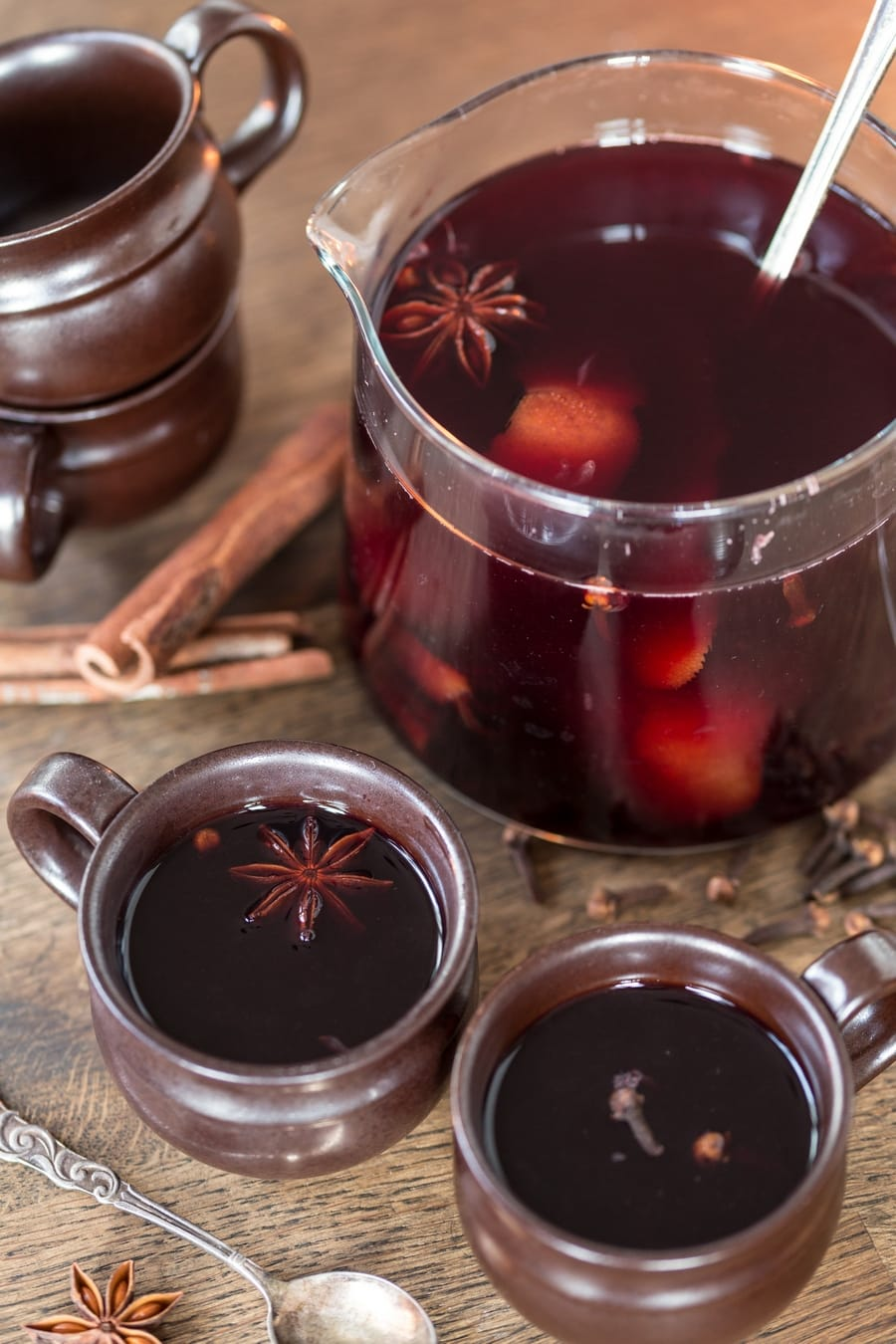 Italian mulled wine vin brulé served in two brown mugs.