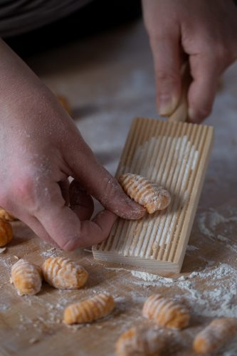 How to use a gnocchi board.