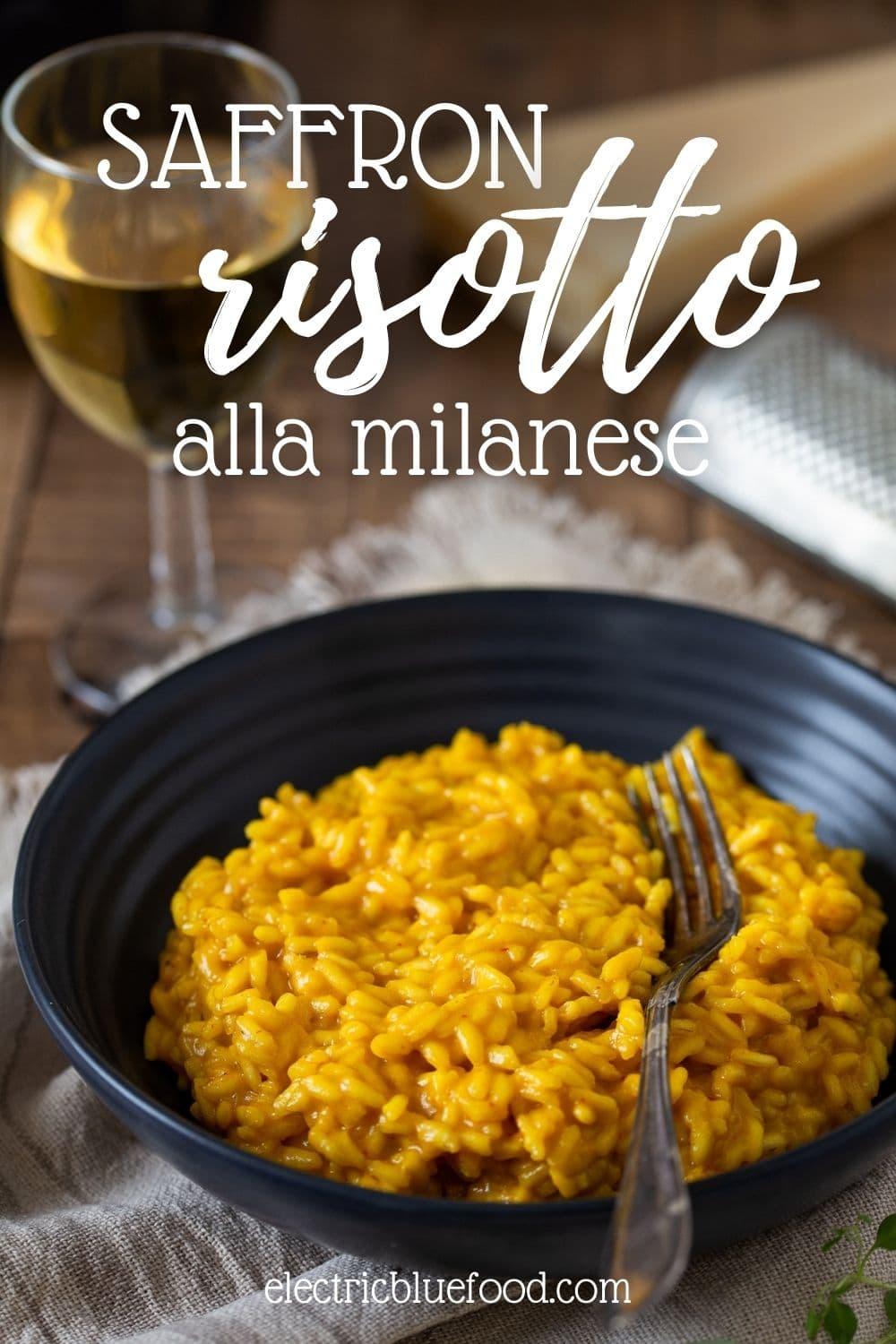 Authentic saffron risotto alla milanese with saffron, parmesan and beef broth. A traditional recipe from northern Italy for a flavourful main course or side.